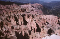"""Die """"Amphitheater"""" wurden in Jahrmillionen aus den Schichten der Pink Cliffs ausgewaschen. Die Erosionsformen umfassen Steinsäulen, Steinrippen und die Einschnitte zwischen ihnen (vgl. auch Galerie USA II)."""