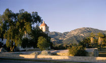 """Santa Barbara gilt als Hauptstadt der """"American Riviera"""" (teure Hauspreise!). Die """"Mission Santa Barbara wurde 1786, als zehnte """"Perle"""" in einer langen Missionen-Kette von Los Angeles über San Francisco bis Sonoma) gegründet. (s. auch Galerie USA III)."""