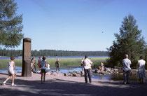 Das ist die Quelle des Mississippi am 450m ü. M. liegenden Lake Ithaska im NW von Minnesota. Von hier aus fliesst der Strom 3770 km durch die USA und mündet in den Golf von Mexiko. Die Quelle wurde im Jahre 1832 entdeckt.