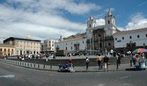 Der Bau der Kirche San Francisco begann 1535, bloss 1 Monat nach der Ankunft der Spanier, und zwar über die Grundmauern eines Inca-Tempels (deshalb ist die Kirche höher als andere Gebäude in Quito). Total dauerte die Konstruktion 150 Jahre (bis 1680).