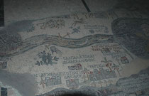 Diese Karte des Heiligen Landes ist einer der kostbarsten Kulturschätze Jordaniens. Sie war auf dem Boden einer byzantinischen Kirche aus dem 6. Jh., auf deren Grundmauern 1896 die griechisch-orthodoxe St. Georgskirche in der Stadt Madaba erbaut wurde.