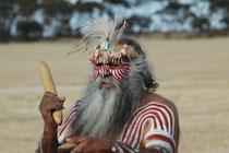 Dieser Aborigine (Ureinwohner Australiens) hat uns im Monarto Zoo (in der Nähe von Adelaide) – unter anderem - eine eindrückliche Demonstration im korrekten Werfen des Bumerangs erteilt.