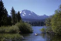 Der 429 km2 grosse Lassen-Volcanic-Nationalpark liegt im Norden Kaliforniens Von weit her sieht man das Wahrzeichen des Parks, den Lassen Peak, den südlichsten Vulkan des Kaskadengebirges und der grösste Lavadom- Vulkan der Erde.