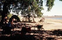 Unser Camp direkt am Ufer des Chobe, der im Zentralplateau von Angola entspringt. Links und rechts von unserem Camp kamen fast ununterbrochen Tiere vom trockenen Süden an den Fluss zum Trinken. Baden war wegen der Krokodile für uns verboten.