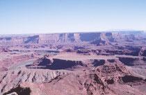 Der Colorado und der Green River haben tiefe Canyons in das Colorado-Plateau geschnitten und teilen den Park in drei Teile auf: Island in the Sky im Norden, The Needles im Südosten, The Maze im Westen.