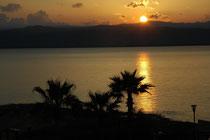 Blick vom Hotel Dead Sea auf den Sonnenuntergang auf der westlichen, israelische Seite des Toten Meeres.