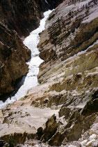 Der Yellowstone River, der grösste Fluss im Park, hat dem Nationalpark den Namen gegeben. Er fliesst über den Missouri und den Mississippi in den Golf von Mexiko. Seinen Namen hat der Fluss vom gelben Gestein des Yellowstone Canyon.