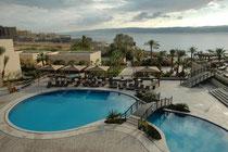 """Blick von unserer Suite im Hotel """"Dead Sea SPA"""" auf die hoteleigene Poolanlage und das Tote Meer, effektiv heute ein - noch - ca. 800 km² grosser, vom Jordan gespeister, abflussloser Salzsee mit einer Wasseroberfläche 400m unter dem Meeressspiegel.."""