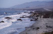 """Die Fahrt von Los Angeles nach San Francisco entlang der Pazifikküste machten wir auf der California State Route 1 (Highway 1) genannt. Da sie einen der schönsten Küstenabschnitte des Landes passiert, ist sie als """"National Scenic Byway"""" ausgewiesen."""