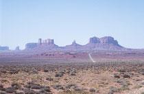 """Das Monument Valley (Navajo: Tsé Bii' Ndzisgaii = """"Tal der Felsen""""), eine Ebene auf dem Colorado-Plateau im Süden Utahs und Norden Arizonas mit mächtigen Tafelbergen. Es liegt innerhalb der Navajo-Nation-Reservation in der Nähe der Ortschaft Mexican Hat."""