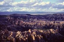 Die Luft im Bryce Canyon ist so klar, dass, an schönen Tagen, Fernsichten bis zu 320 km nach Arizona und sogar New Mexico möglich sind.