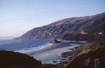 … um jedoch wieder von märchenhaften, idyllischen Sandstränden unterbrochen zu werden. Kein Wunder fährt man durch Orte, wie Newport Beach, Santa Monica, oder Malibu. Die nächste Station der Reise war Santa Barbara, und sein mediterranes Erscheinungsbild.