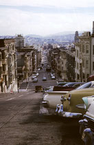 Im Stadtgebiet von San Francisco gibt es zweiundvierzig Hügel. Da das rechtwinklige Strassennetz, in der Regel ungeachtet der geografischen Verhältnisse angelegt wurde gibt es speziell in den älteren Stadtteilen teilweise sehr steile Strassen.