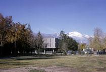 """Der Greyhound-Bus brachte mich dann nach Colorado Springs zum Colorado College (Semesterbeginn am 1. Sept. 1963). Im Vordergrund die College Bibliothek (""""Tutt Library"""") im Hintergrund der 4301 m hohe Pikes Peak, das Wahrzeichen des Colleges."""