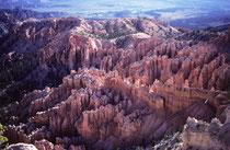 """Das 145 km2 grosse Gebiet wurde 1928 zum National Park erklärt. Der Park gilt weltweit als die Region mit den meisten """"Hoodoos"""" auf engstem Raum. Man wird nicht müde in das Felsgewirr hinein zu schauen und stets neue Bilder und Einzelheiten zu entdecken."""