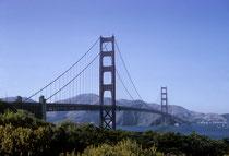 Weltberühmt ist die von Joseph B. Strauss konstruierte 2,8 km lange Golden Gate Bridge über das Golden Gate, die Öffnung zur Bucht von San Francisco. Sie wurde 1937 fertig gestellt und für den Verkehr freigegeben.