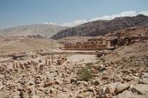 Die Hauptachse der Stadt (parallel zum Bachbett des Wadi Musa) wurde zwischen 76 und 114 n.Chr. gepflastert (Cardo maximus). Beidseits dieser Säulenstrasse erhoben sich auf Terrassen die grossen öffentlichen Bauten sowie drei Märkte mit kleineren Läden.