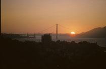 Ein spektakulärer Sonnenuntergang bei der Golden Gate Bridge. Die beiden 227 m hohen und 1280 m von einender stehenden Pylone ragen in den goldenen Abendhimmel. Aber Achtung: Die Brücke ist sehr häufig in dichten Nebel gehüllt.
