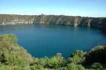 """Die Stadt Mount Gambier liegt etwa auf der halben Fahrstrecke zwischen Adelaide und Melbourne. Bekannt ist Mount Gambier für seine vulkanischen Maarseen (""""Meerseen"""") am gleichnamigen Vulkan Mt. Gambier, insbesondere dem """"Blue Lake""""."""