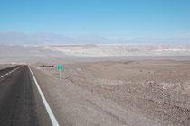 Schnurgerade zog sich die Strasse von Calama nach San Pedro de Atacama hin.