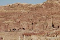 Nach dem Theater öffnet sich der Blick auf die monumentalen Grabfassaden der sogenannten Königswand. Man nimmt an, dass in diesen Grabanlagen hohe Würdenträger und Mitglieder des nabatäischen Königshauses beigesetzt wurden.