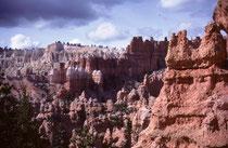 Der Bryce Canyon wurde nicht durch einen Fluss gebildet. Er ist damit kein Canyon im eigentlichen Sinne wie zum Beispiel der Grand Canyon. Wind, Wasser und Eis erodierten die Kante des Plateaus zu grossen Amphitheatern mit den bizarren Felsnadeln.