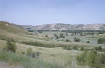 """Ein Blick auf den 285 km2 grossen Theodore Roosevelt National Park im westlichen Nord Dakota. Er besteht aus durch Erosion geprägten Landschaften (""""Badlands"""") und Prärie. Roosevelt kam 1883 erstmals in die Badlands, um Bisons zu jagen."""