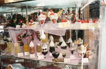 """Leckere Desserts in der Vitrine vor der Confiserie: Alle Speisen sind ebenfalls aus Plastik. Es gibt in Japan Produktionsbetriebe, welche diese Plastikspeisen herstellen; gegebenenfalls als """"Massanfertigungen"""" auf speziellen Wunsch des Restaurantbesitzers"""