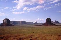 Die Temperaturen im Monument Valley variieren zwischen −3°C im Winter und durchschnittlich 30 C im Sommer. Niederschläge 240 mm/Jahr), Temperaturunterschiede sowie der Wind haben wesentlich dazu beigetragen, die heutige Landschaft zu formen.