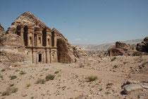 """Nach einem stündigen Aufstieg über 800 Stufen öffnet sich der Blick auf einen der schönsten und imposantesten Felsbauten Petras: """"Ed-Deir"""", das """"Kloster."""" Es beeindruckt insbesondere auch durch die gewaltigen Ausmasse (47 m breit und 43 m hoch)"""