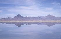 """Der """"Grosse Salzsee"""". Die Stadt Salt Lake City, die nach ihm benannt wurde liegt im Osten des Sees. Im Westen und Südwesten schliesst die Grosse Salzwüste an. Der See liegt auf etwa 1280m, ist ca. 120 km lang, 48-80 km breit und max. nur ca. 10m tief."""