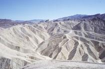 1933 wurde das Death Valley zum National Monument ernannt. 1994 wurde es, stark erweitert, zum Nationalpark aufgewertet. Das ganze Schutzgebiet gehört zum 1984 begründeten Mojave and Colorado Deserts UNESCO-Biosphärenreservat.