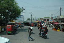 Vom Corbett Nationalpark ging es in einer längeren Busfahrt nach Pangot. An das, was sich auf indischen Strassen abspielt, muss man sich gewöhnen. Die Dichte und Intensität des Verkehrs mit Autos, Motorrädern, Tuk-tuks, Traktoren, Fussgängern, ist enorm.