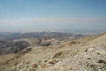 Hier befinden wir uns nach einem imposanten Aufstieg über eine sich windende Bergstrasse auf einem Pass SW von At-Tafila in der Nähe von Snafha. Der Blick  geht noch einmal in die Ebene und gegen das Tote Meer.