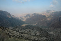 """Das """"Dana Guesthouse"""" (im Dana Nationalpark), wie die Fenyan Lodge, ebenfalls nur mit Naturmaterialien eingerichtet, bot eine herrliche Aussicht auf das Wadi al-Araba. Auf den Berghängen liessen sich sogar Nubische Steinböcke (Capra nubiana) beobachten."""