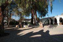 San Pedro de Atacama, Plaza Mayor. Man bedenke: Jedes Coca Cola und jedes Bier muss vorerst rund 300 km durch die Wüste hierher transportiert werden...