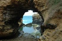 The Grotto ist ein Durchbruch im Gestein an der Great Ocean Road bei Port Campbell. Ihre Entstehung verdankt sie natürlichen Ursachen: Der Erosion, insbesondere dem Druck der Wellenbewegung bei Ebbe und Flut (Tidenhub).