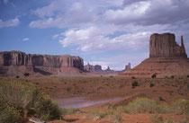 In der Nähe des Navajo National Monuments, auf 1900 m Höhe, liegt das Monument Valley an der südlichen Grenze des US-Bundesstaates Utah, sowie im Norden Arizonas. Es liegt damit innerhalb der Navajo-Nation-Reservation und wird von den Navajo verwaltet.