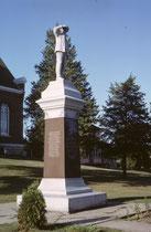 Denkmal für die Schweizer Pioniere Bäbler, Becker, Dürst, Hefty, Hösly, Streiff und Aebli, die New Glarus 1845 gründeten. An den Briefkasten stehen zudem Namen wie Stüssi und Imboden. Und die Kirche sieht - mit dem Zifferblatt - gar nicht amerikanisch aus