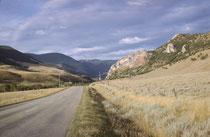 Nach einer Verzögerung wegen einer Autoreparatur fuhren wir ca. 300 Meilen in einer abenteuerlichen Nachtfahrt durch die Prärie Montanas in südwestlicher Richtung gegen den Yellowstone Park. Am Morgen tauchten endlich die Vorläufer der Rocky Mountains auf