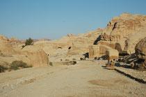 Dies ist der breite Schotterweg, der vom Visitor Center zum Eingang des Sik führt. Die frei stehenden Blockgräber stammen aus der zweiten Hälfte des 1. Jahrh. n. Chr.