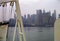 Bis wir an diesem 23. Juli 1963 am Hafen von New York anlegten, mussten wir uns noch einige Zeit gedulden. Das gab uns Gelegenheit die an uns vorbei ziehende Sky-Line dieser faszinierenden Grossstadt zu betrachten.
