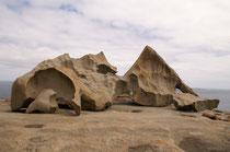 Eisenoxyde und Flechten lassen den grauen Felsen bisweilen orange leuchten.