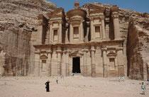 """Der irreführende Name Ed-Deir (arabisch: """"Kloster"""") ist möglicherweise auf eine spätere Nutzung als Einsiedelei zurückzuführen. Weil es im Felsensaal von Ed-Deir keine Nischen für die Totenbestattung gibt, war es wohl kein Mausoleum, sondern ein Tempel."""