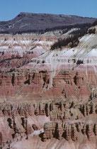 Aufgrund der Lage im Hochgebirge auf 3150 m ist das Cedar Breaks National Monument nur zwischen Juni und September/Oktober für Besucher geöffnet. Die einzige Strasse verläuft entlang der Kante des Plateaus, an ihr liegen mehrere Aussichtspunkte.