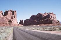 Vom Canyonlands-Nationalpark fuhren wir direkt zum Arches Nationalpark. Die Einfahrt zum Nationalpark lässt noch nicht erahnen, was wir in der Folge erleben sollten.