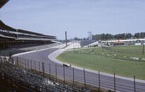 Der Indianapolis Motor Speedway war 1909 die erste speziell für Autorennen gebaute Rennstrecke der USA. Im Rennen werden die 500 Meilen (804,672 km) in 200 Runden à 4,023 km zurückgelegt. (Die Formel-1-Strecke innerhalb des Ovals existierte noch nicht).