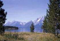 Im Sommer 1964 fand ich einen Job in der Grand Teton Lodge im Grand Teton National Park (Wyoming). Er hat seinen Namen von der Teton-Bergkette, die sich in Nord/Süd-Richtung durch den Park zieht. Die höchste Erhebung, der Grand Teton, ist 4198 m hoch.