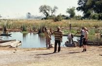 Das sind also unsere Bootsführer mit ihren Mokoros, etwa vier Meter langen Einbaum-Booten, welche von den Bewohnern der Okavangodelta-Region hauptsächlich aus dem Stamm des Leberwurstbaums gefertigt werden
