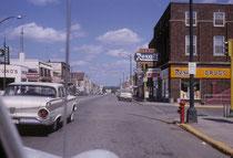 """Das Bild von """"Downtown"""" Hibbing, sollte zeigen, wie simpel die Ortschaften jeweils gestrickt waren. Ich hatte damals keine Ahnung, dass ein gewisser Robert Zimmermann – der Nobelpreisträger Bob Dylan – bis 1960 dort gelebt und seine Jugend verbracht hatte"""